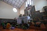 Menghias altar gereja