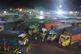 Penumpang dan kendaraan di Pelabuhan Merak ramai