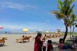 Pantai Akkarena Makassar ramai dikunjungi warga saat libur Natal