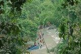 Polisi mengevakuasi bangkai Bus Sriwijaya dari Sungai Lematang Pagaralam