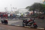 Papan reklame roboh di Cengkareng timpa pengendara motor hingga tewas
