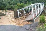 Satu jembatan putus  dan tujuh rumah hanyut akibat luapan air sungai di Lahat