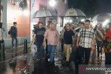 Dua menteri menyusuri Kota Lama di saat gerimis malam