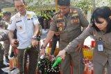 Satpol PP memusnahkan 575 botol barang bukti minuman keras