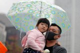 Kerumunan massa di Tahun Baru mendapatkan tembakan gas air mata
