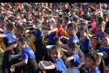 Ribuan anak menampilkan Tari Panyembrahma saat mengisi kegiatan Festival Denpasar 2019 di Lapangan Puputan Badung, Denpasar, Bali, Selasa (31/12/2019). Kegiatan akhir tahun tersebut diikuti 1.000 penari usia dini dari 100 sanggar tari se-Denpasar untuk meningkatkan kreativitas dan program pelestarian tari Bali. ANTARA FOTO/Nyoman Hendra Wibowo/nym.