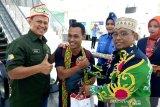 Sambut penumpang terakhir 2019, Wagub Kalteng beri kado dan menari bersama di Bandara Tjilik Riwut [VIDEO]