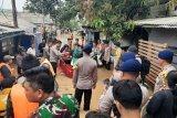 Evakuasi warga Cipinang Melayu berlanjut. Ada warga yang ketakutan