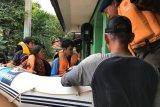 Personel Gegana Polri evakuasi korban banjir di Kemang Jaksel