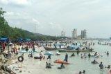 Pantai Pasir Putih Lampung ramai wisatawan