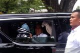 Presiden Jokowi membagikan kaus saat tinggalkan Gedung Agung Yogyakarta