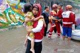 Aksi heroik relawan PMI selamatkan warga terjebak banjir di Jabodetabek