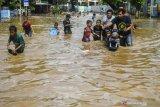 Gubernur DKI Jakarta pastikan bantuan air bersih untuk korban banjir tersalurkan