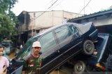 Banjir surut, sejumlah mobil bertumpukan hingga ganggu akses jalan warga