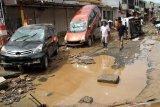 Kemarin, Raup untung di tengah banjir  hingga tumpukan mobil
