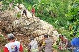 Polisi bersama warga bersihkan material longsor di Tana Toraja