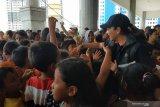 Istri para menteri menghibur anak-anak pengungsi korban banjir