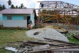 Sejumlah korban bencana di Palu perbaiki sendiri rumah mereka