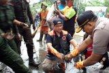 Anies kerja bakti di Kampung Makasar sambil mandi hujan