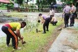 Kantor Polsek ditanami pohon bantu penghijauan Kapuas