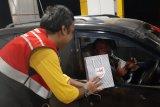 Pengelola tol Terpeka berikan suvenir kepada pengguna jalan tol