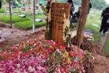 Hujan dan isak tangis iringi pemakaman Ria Irawan