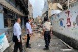 Sebuah bangunan di atas Alfamart rubuh, 3 orang luka-luka