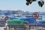 Belasan truk tertahan di Bolok akibat pembatalan pelayaran