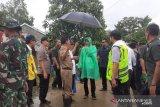 Presiden Jokowi pakai jas hujan plastik tinjau daerah longsor
