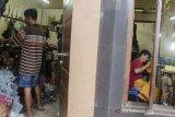 Pekerja menyelesaikan pesanan pakaian rajut di Industri rumahan Sentra Rajut Binong, Bandung, Jawa Barat, Senin (7/1/2020). Kementerian Perindustrian RI Menargetkan industri tekstil dan garmen menjadi salah satu pendukung dalam pertumbuhan PDB industri pengolahan non migas pada tahun 2020 yang berkisar 4,80 persen hingga 5,30 persen. ANTARA JABAR/Novrian Arbi/agr