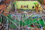 Atap ruang kelas sekolah dasar runtuh