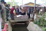Antisipasi banjir Dinas PU Kolaka bersihkan saluran pembuangan