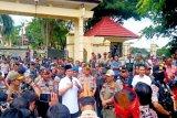 Bupati Lamandau temui massa aksi demonstrasi Desa Kinipan