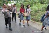 Kapolres Sangihe jalan kaki bawa bantuan ke kampung Ulumpeliang