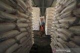 Pekerja mengangkut pupuk untuk didistribusikan di gudang pupuk PT Pupuk Kujang Jatibarang, Indramayu, Jawa Barat, Rabu (8/1/2020). Pupuk Kujang memastikan stok pupuk bersubsidi untuk memenuhi kebutuhan musim tanam awal tahun 2020 dalam kondisi aman dengan ketersedian stok mencapai 193.000 ton pupuk urea dan pupuk organik sebanyak 11.000 ton. ANTARA JABAR/Dedhez Anggara/agr