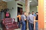 Polisi bersama Tim Inafis datangi dan periksa rumah mendiang ibu Rizky Febian