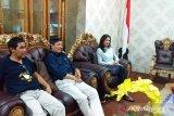 Felly Runtuwene dan Walikota Manado serahkan bantuan di Sangihe