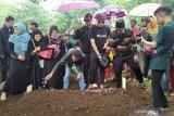 Jenazah mantan istri Sule dimakamkan di TPU Nagrog Bandung usai autopsi