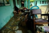 Membersihkan ruang guru pasca banjir bandang