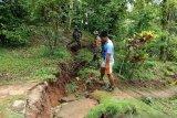 Tanah retak terjadi pascabanjir di Kampung Lebo Kabupaten Sangihe