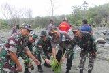 Aparat TNI-Polri, pemerintah bersama warga Jayapura tanam 1.000 bibit pohon