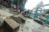 Pekerja membongkar lantai siring sungai Kemuning yang ambruk di Banjarbaru, Kalimantan Selatan, Jumat (10/1/2020). Siring sungai Kemuning yang berdekatan dengan salah satu tempat wisata menara pandang di banjarbaru tersebut ambruk akibat di terjang derasnya luapan sungai Kemuning. Foto Antaranews Kalsel/Bayu Pratama S.