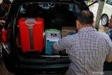 Penyidik Komisi Pemberantasan Korupsi (KPK) memasukkan sejumlah barang bukti kedalam mobil seusai menggeledah kantor Dinas Pekerjaan Umum Bina Marga dan Sumber Daya Air (PUBM SDA) Kabupaten Sidoarjo, Jawa Timur, Jumat (10/1/2020). Penggeledahan tersebut untuk mencari sejumlah barang bukti kasus suap terkait pengadaan proyek infrastruktur yang dilakukan Bupati Sidoarjo Saiful Ilah. Antara Jatim/Umarul Faruq/zk