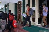 Penyidik Komisi Pemberantasan Korupsi (KPK) membawa sejumlah barang bukti seusai menggeledah kantor Dinas Pekerjaan Umum Bina Marga dan Sumber Daya Air (PUBM SDA) Kabupaten Sidoarjo, Jawa Timur, Jumat (10/1/2020). Penggeledahan tersebut untuk mencari sejumlah barang bukti kasus suap terkait pengadaan proyek infrastruktur yang dilakukan Bupati Sidoarjo Saiful Ilah. Antara Jatim/Umarul Faruq/zk