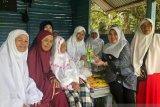 Anggota DPRD Riau beri bibit ke Kelompok Tani Salo Kampar