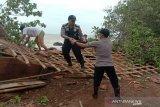 Lima warung runtuh diterjang puting beliung di Batang