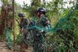 Dua personel Satgas Pengamanan Perbatasan (Pamtas) RI-Malaysia dari Yonif Raider 641/Beruang Hitam memeriksa jaring pagar pembatas yang ditemukan dalam kondisi rusak saat berpatroli di Perbatasan Entikong, Kabupaten Sanggau, Kalimantan Barat, Kamis (9/1/2020). Pada patroli yang dilakukan di sayap kiri dan kanan kawasan Pos Lintas Batas Negara (PLBN) Entikong tersebut Satgas Pamtas menemukan banyak pagar pembatas antara wilayah Indonesia dan Malaysia dalam kondisi rusak serta lima jalan tikus baru yang diduga menjadi jalur penyelundupan barang dari negeri jiran secara ilegal. ANTARA FOTO/Agus Alfian/jhw/wsj.