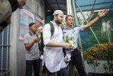 Penyanyi Ridho Rhoma (tengah) berjalan meninggalkan Rutan Salemba di Jakarta, Rabu (8/1/2020). Ridho Rhoma mendapatkan cuti bersyarat sehingga bisa bebas lebih cepat dua bulan dari delapan bulan masa tahanan yang harus dijalani dalam kasus penyalahgunaan narkoba. ANTARA FOTO/Dhemas Reviyanto/wsj.