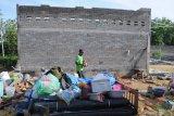 Warga membersihkan puing rumah yang ambruk akibat angin kencang di Desa Montok, Pamekasan, Jawa Timur, Sabtu (11/1/2020). Hujan lebat yang disertai angin kencang pada Jumat (10/1/2020) petang itu, menyebabkan 13 bangunan di Desa Montok dan Desa Lancar, rusak parah. Antara Jatim/Saiful Bahri/zk