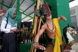 Pengunjung melihat karya lukisan dan patung yang dipajang di Pasar Seni Rupa Bareng, Malang, Jawa Timur, Sabtu (11/1/2020). Pasar yang khusus menjual barang seni tersebut sengaja didirikan untuk memberi ruang bagi seniman dalam memasarkan karyanya sekaligus menjadikannya sebagai pasar tematik dan ikon wisata. Antara Jatim/Ari Bowo Sucipto/zk.